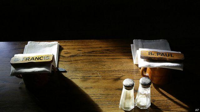 Mesa puesta sin comida