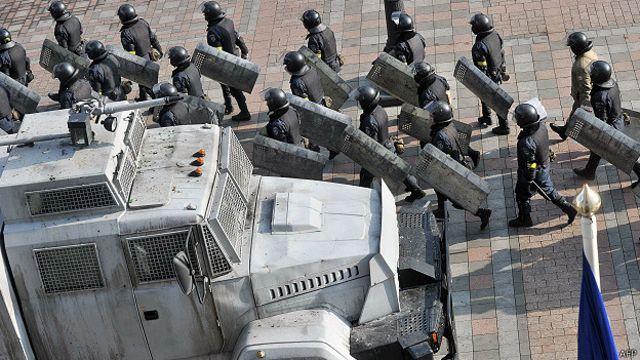 यूक्रेन की राजधानी कीएफ़ में सेना की गश्त