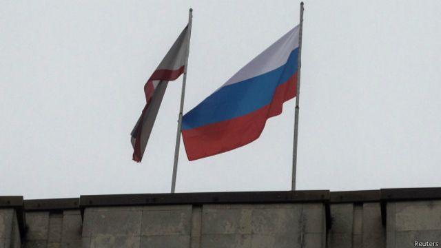 Российский флаг над правительственными зданиями Крыма