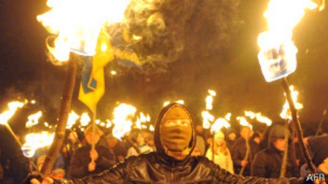 Факельное шествие украинских националистов во Львове 1 января 2014 года