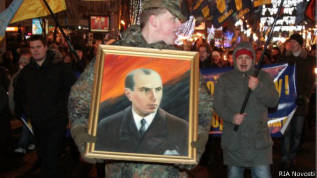 Мужчина держит портрет Степана Бандеры во время националистического митинга в Киеве 1 января 2011 года