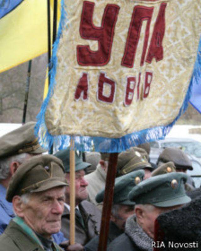 Ветераны УПА у памятника Роману Шухевичу на месте его гибели в селе Белогорща
