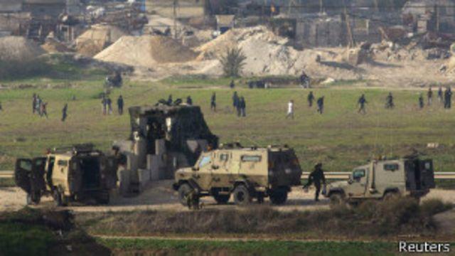 فلسطينيون يتظاهرون قرب الحاجز الحدودي الإسرائيلي مع غزة (أرشيف)