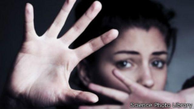 صورة لامرأة تضع يديها أمام وجهها