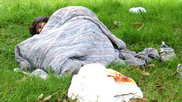 Joven durmiendo en la calle
