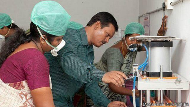 Muruganantham enseñando a usar la máquina