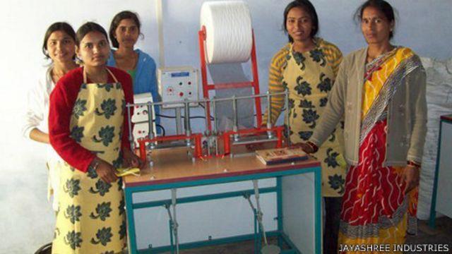 Estudiantes productoras de toallas higiénicas