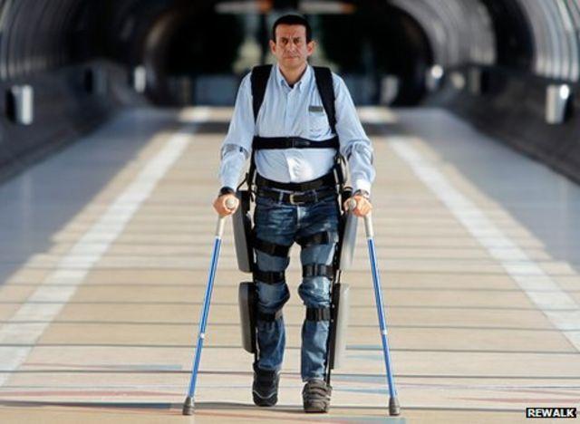 El ReWalk está diseñado para que las personas con discapacidad en los miembros</br> inferiores puedan caminar en posición vertical con la ayuda de muletas.