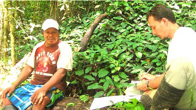 Rodrigo Cámara-Leret documentando el uso de las palmas en la Amazonía.