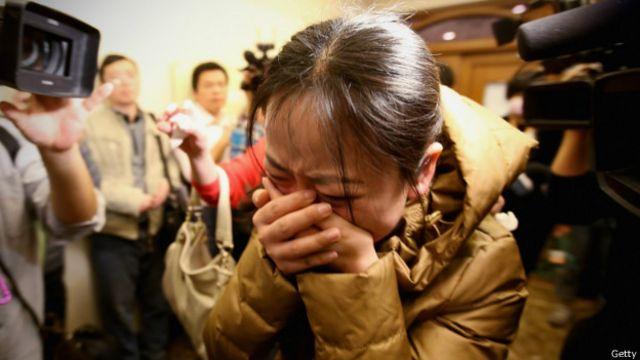 Familiares de passageiros de avião desaparecido (Getty Images)