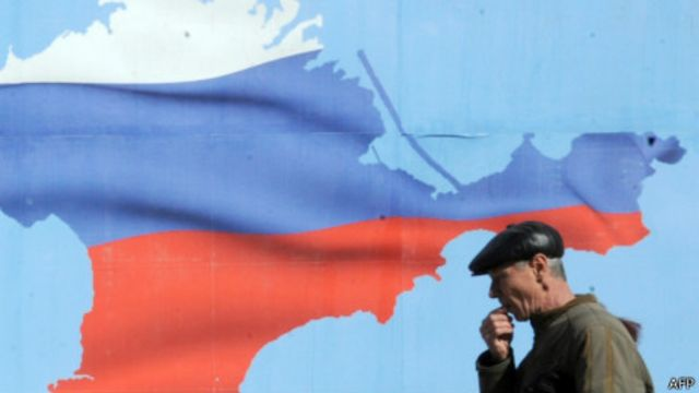 Плакат с изображением Крыма в цветах российского флага (Севастополь, 13 марта 2014 г.)