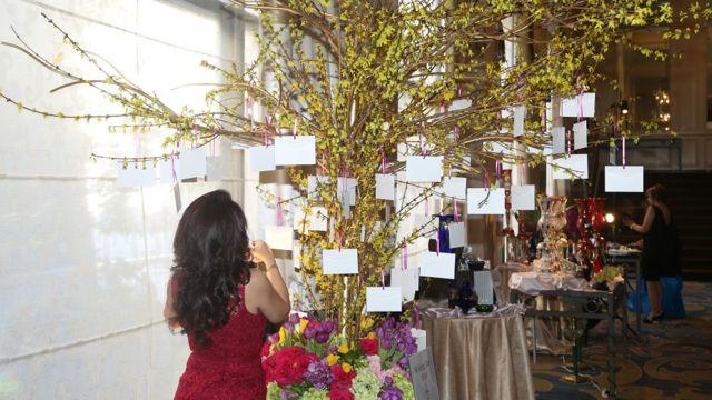 نام مدعوین روی کارت های مخصوص در غرفه صنایع دستی شیشه ای بر روی شاخه های گل یخ