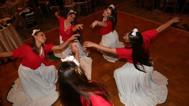 رقص بهار، گروه رقصندگان آکادمی باله جانبازیان ، پس از اجرای سرود ملی ایران و آمریکا
