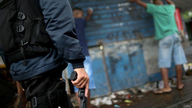 Policial em favela (Foto: Getty)