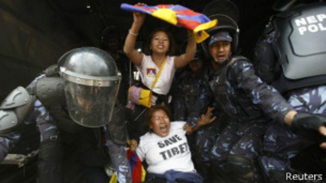 La policía de Nepal detuvo a varios manifestantes tibetanos en una protesta el pasado 10 de marzo.
