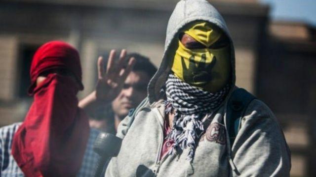 أنصار الرئيس المعزول محمد مرسي اشتبكوا مع قوات الأمن في جامعة القاهرة.