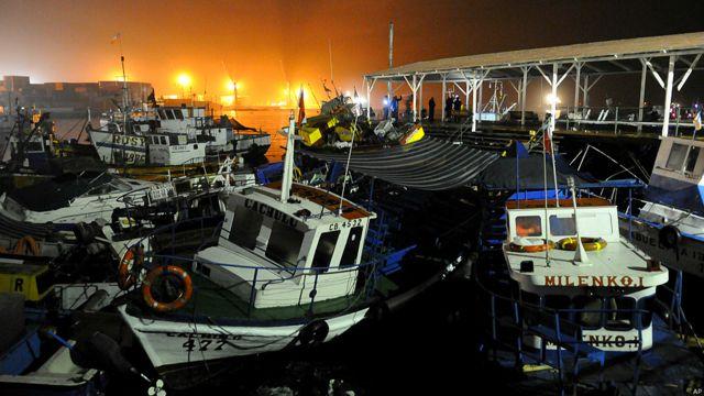 Durante la noche del martes, y en medio de las constantes réplicas después del terremoto, ya eran evidentes los daños en algunos barcos del puerto de Iquique. Varios establecimientos de la ciudad fueron afectados por incendios.