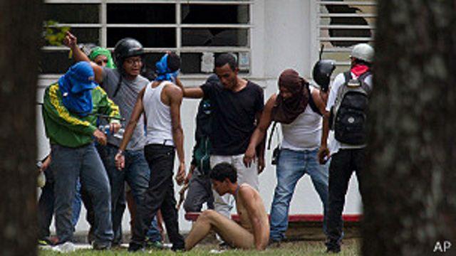 Estudiante es desnudado por una turba en la Universidad Central de Venezuela