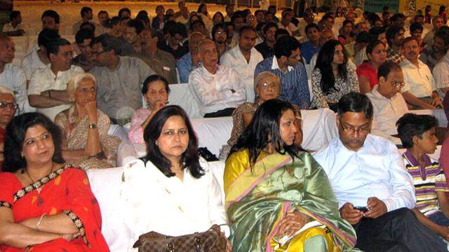 اردو اور مشاعرے میں دلچسپی رکھنے والے افراد بڑی تعداد میں وہاں موجود تھے