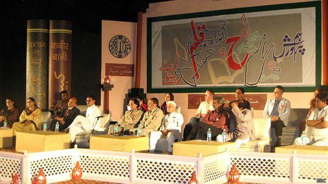 دہلی میں منعقد ہونے والا جشن بہار کا یہ سولہواں مشاعرہ معروف دانشور خوشونت سنگھ کے نام کیا گیا