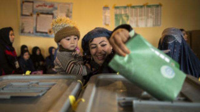 قانون اساسی افغانستان از حقوق برابر زنان و مردان دفاع میکند