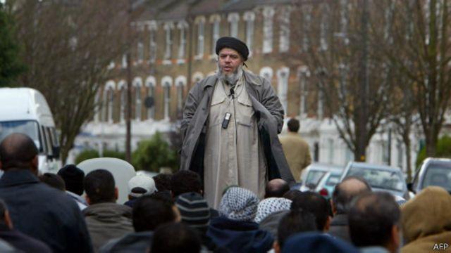 أبو حمزة المصري يخطب في بعض أتباعه خارج مسجد في لندن