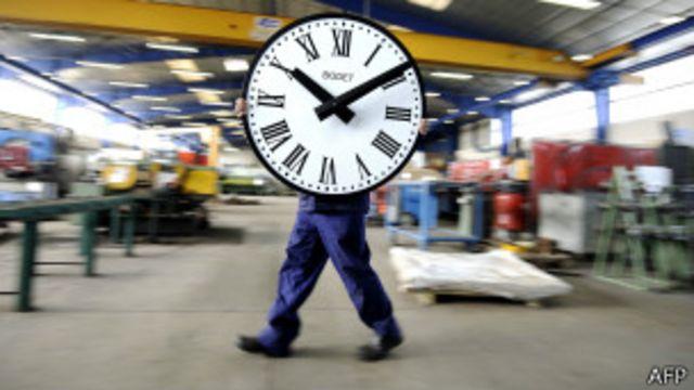 Человек-часы на заводе во Франции