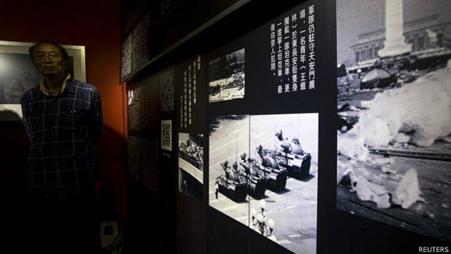 香港六四纪念馆内展示1989年6月5日北京学生拦阻坦克照片(20/4/2014)