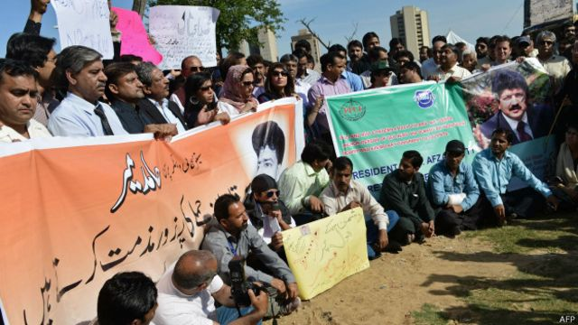 پاکستانی صحافی حامد میر پر حملے کے خلاف پاکستان کے مختلف شہروں میں احتجاج کے لیے نکلے