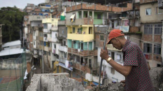 Local da morte de dançarino na favela Pavão-Pavãozinho, no Rio (foto: AP)