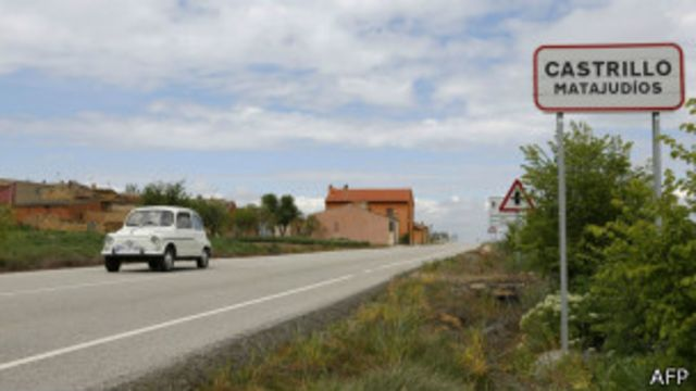 Un catel en la carretera indica el nombre de Castrillo Matajudios