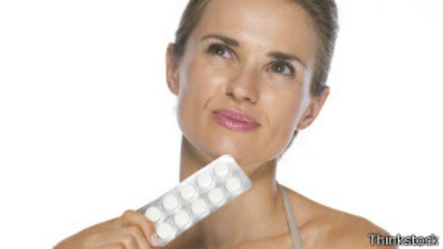 Mujer con pastillas en la mano