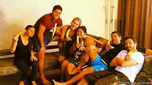 Hulk y un grupo de familiares amigos comiendo bananas