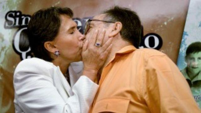Chespirito es besado por su esposa Florinda Meza en Ciudad de México. Foto: AFP/Getty