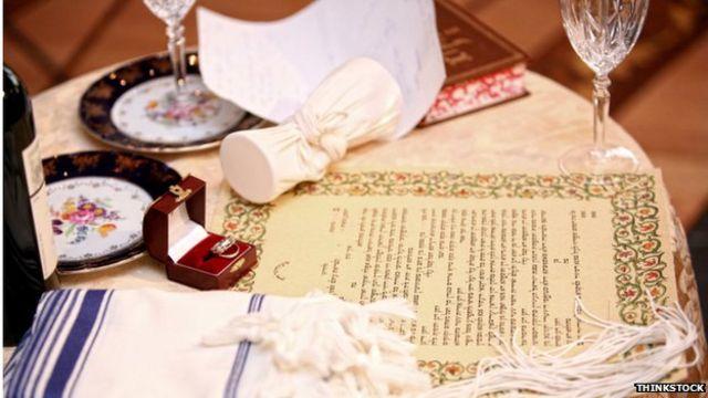 طبق قوانین و عرف یهودی برای قانونی شدن طلاق شوهر باید با این کار موافقت کند