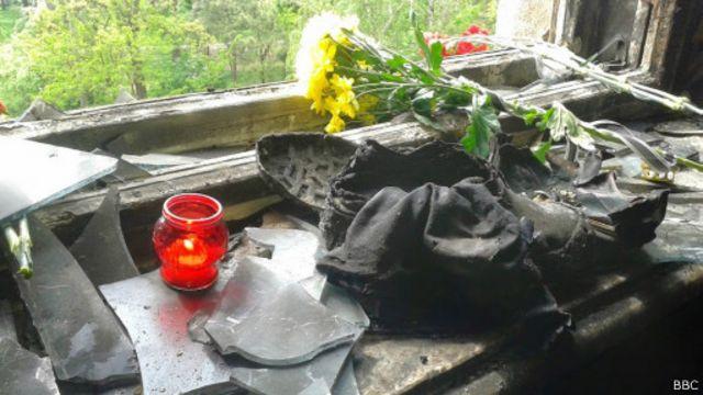 Цветы в сгоревшем Доме профсоюзов в Одессе