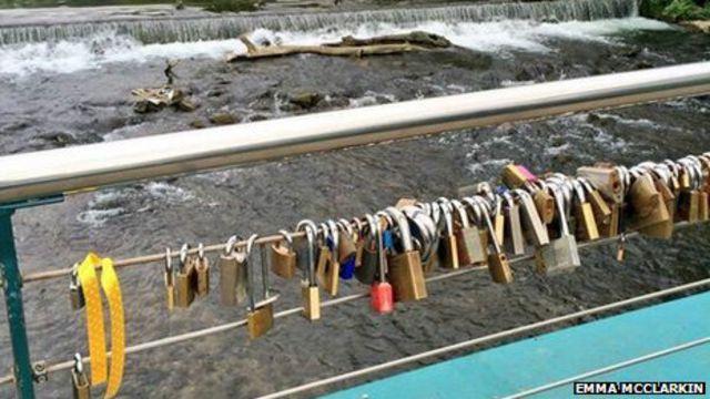 Candados en un puente de Derbyshire