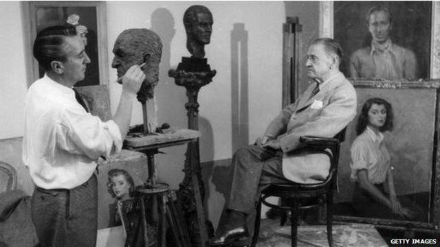 سامرست موآم در سال ۱۹۴۸ در هتل دورچستر شهر لندن، هنگام ساختن مجسمه اش