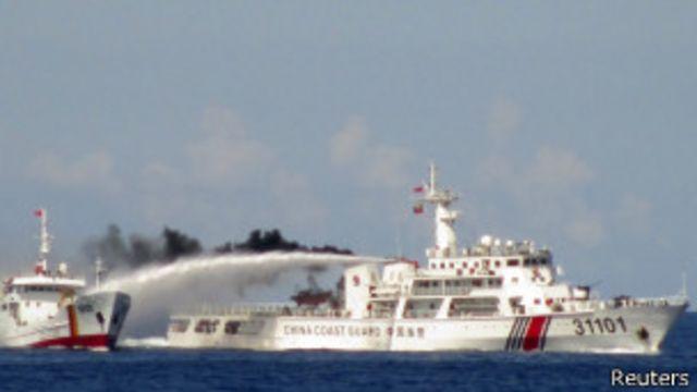 Tàu hai nước va chạm quanh giàn khoan HD-981