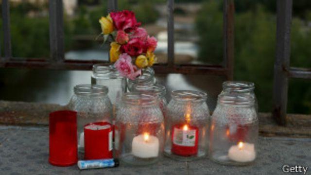 Flores y velas en el lugar en que murió Isabel Carrasco