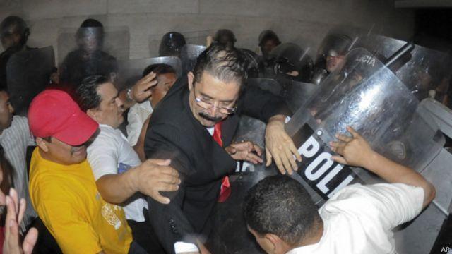 La Corte Suprema de Honduras ordenó la captura de Manuel Zelaya el 26 de junio de 2006.