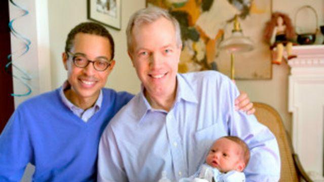Ted Osius (phải) là một nhà ngoại giao kỳ cựu