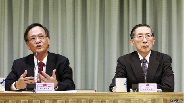 Ông Bùi Trọng Văn,Trưởng đại diện văn phòng Kinh tế & Văn hóa Việt Nam (trái) tại Đài Bắc cùng Ngoại trưởng David Lin ở cuộc họp báo