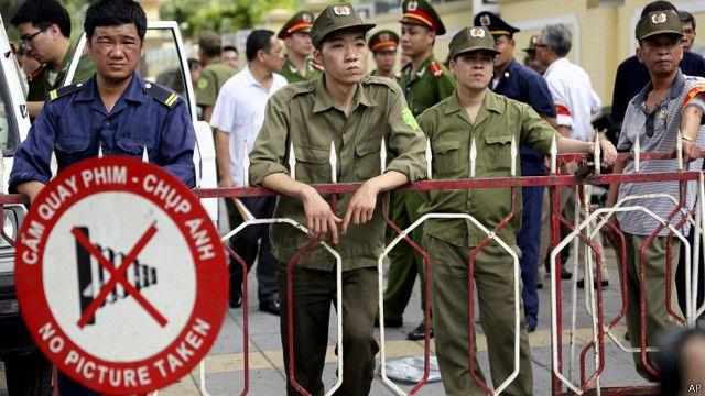 Công an và dân phòng đóng chốt trước Đại sứ quán Trung Quốc ở Hà Nội
