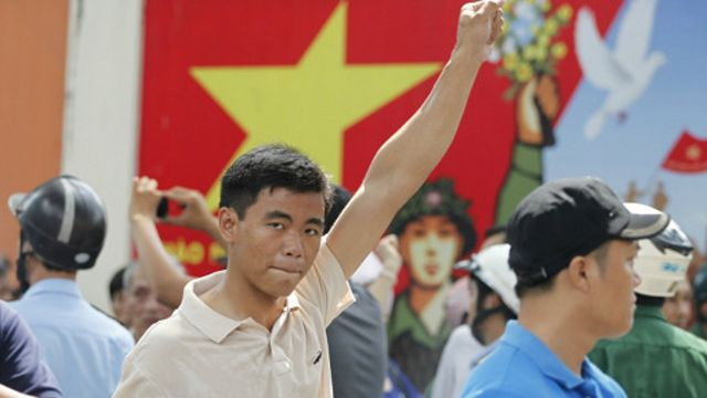 Bất chấp sự hiện diện của công an, người biểu tình vẫn tuần hành trước Nhà văn hóa Thanh niên ở Sài Gòn