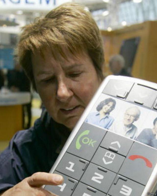 نجحت شركة هندية في تصنيع هاتف مزود بشاشة تعمل بطريقة برايل عن طريق اللمس في 2013.