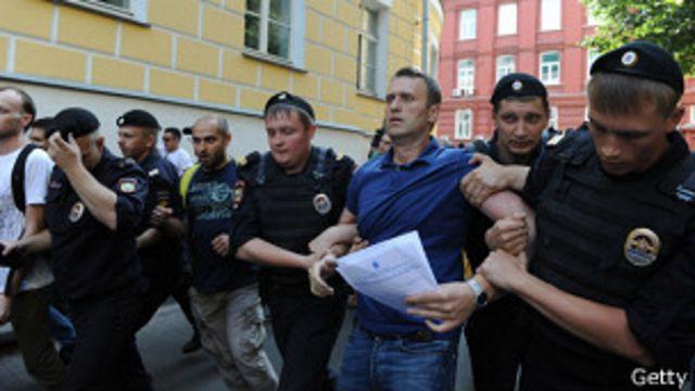 Навального задерживают после его визита в столичный избирком