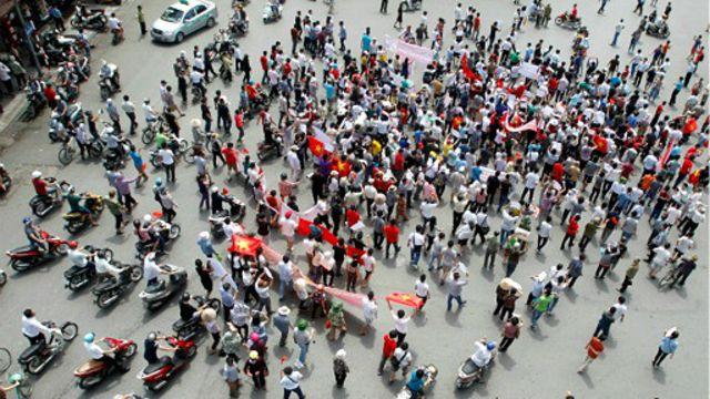 Hàng trăm người đã bị bắt sau đợt lộn xộn liên quan giàn khoan 981