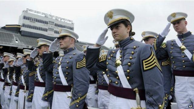 Các sinh viên của Học viện Quân sự Hoa Kỳ đón chào ông Obama