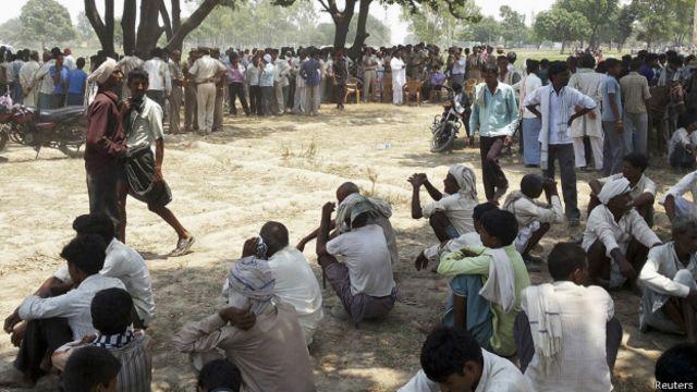 مشتعل گاؤں والوں نے آٹھ گھنٹے کے بعد کارروائی کی یقین دہانی پر پولیس کو درخت سے  لاشیں اتارنے دی تھیں